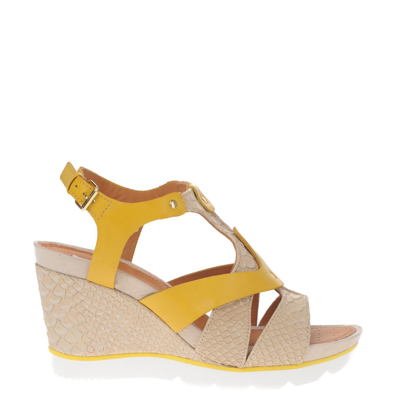 Dames sandaal van het merk geox op sleehak uitgevoerd in geel en beige leer met verstelbaar bandje. de ...