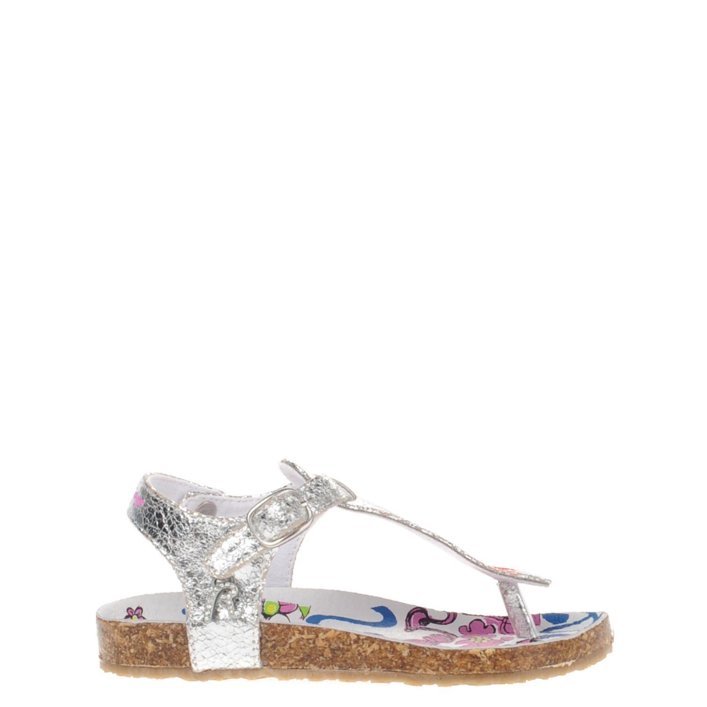Meisjes teensandaal van het merk replay uitgevoerd in zilver crack leer. de sandaal heeft een verstelbare ...